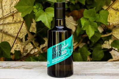 botella de aceite de oliva virgen extra Octobris en una mesa en el jardin