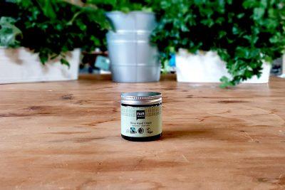 Crema-de-manos-ecologica-de-Oliva en una mesa rustica con plantas
